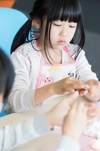 図画工作をする小学生の写真素材 [FYI04264386]