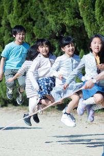 縄跳びをする小学生の写真素材 [FYI04264390]