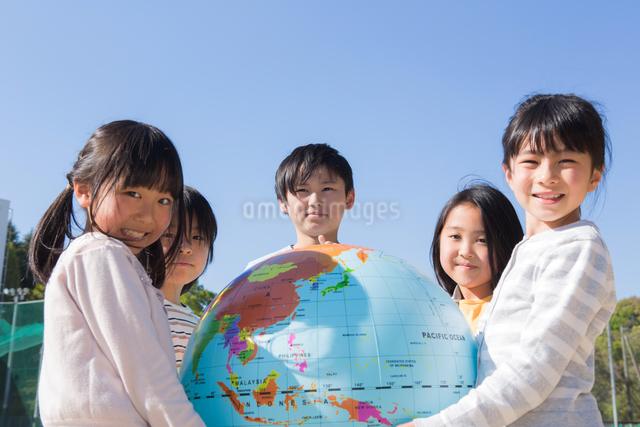地球儀を持つ小学生の写真素材 [FYI04264414]