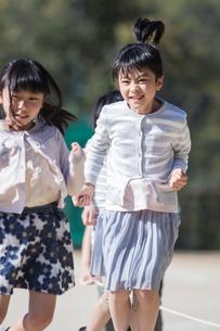 縄跳びをする小学生の写真素材 [FYI04264418]