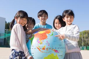 地球儀を持つ小学生の写真素材 [FYI04264421]