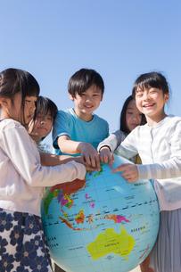 地球儀を持つ小学生の写真素材 [FYI04264423]