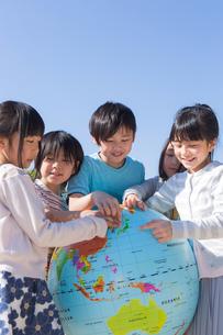 地球儀を持つ小学生の写真素材 [FYI04264425]