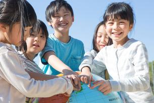 地球儀を持つ小学生の写真素材 [FYI04264426]