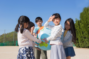 地球儀を持つ小学生の写真素材 [FYI04264427]