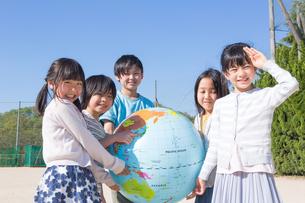 地球儀を持つ小学生の写真素材 [FYI04264428]