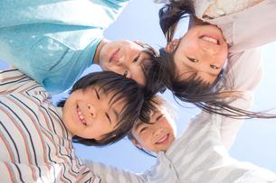 円陣を組む小学生の写真素材 [FYI04264429]