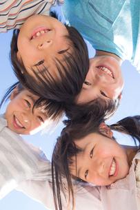 円陣を組む小学生の写真素材 [FYI04264430]