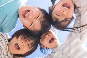 円陣を組む小学生の写真素材 [FYI04264431]