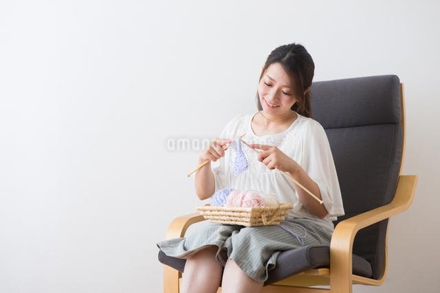 編み物をする妊婦さんの写真素材 [FYI04264840]
