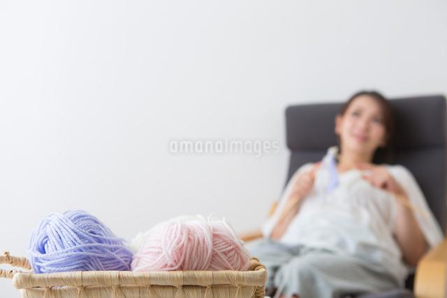 編み物をする妊婦さんの写真素材 [FYI04264848]