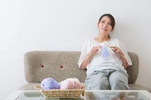 編み物をする妊婦さんの写真素材 [FYI04264849]