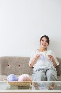 編み物をする妊婦さんの写真素材 [FYI04264852]