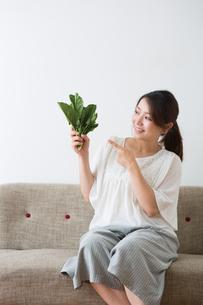 ほうれん草を持つ妊婦さんの写真素材 [FYI04264857]