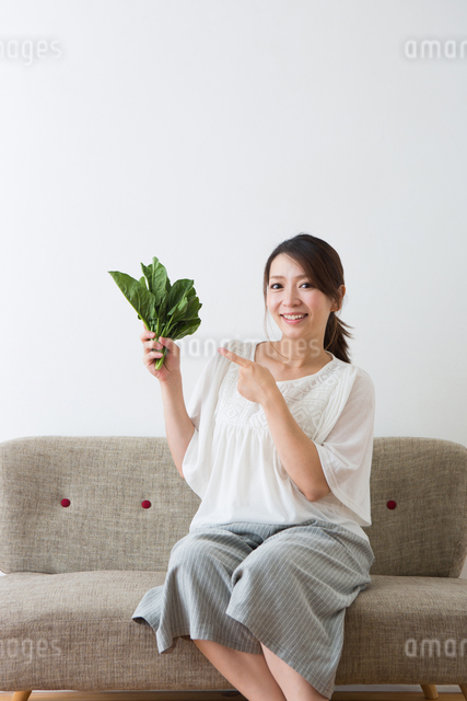 ほうれん草を持つ妊婦さんの写真素材 [FYI04264859]