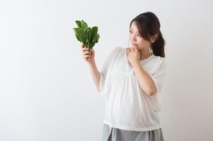 ほうれん草を持つ妊婦さんの写真素材 [FYI04264862]