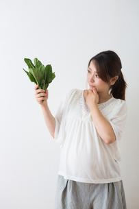 ほうれん草を持つ妊婦さんの写真素材 [FYI04264864]