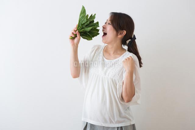 ほうれん草を持つ妊婦さんの写真素材 [FYI04264865]