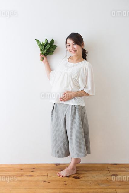 ほうれん草を持つ妊婦さんの写真素材 [FYI04264868]