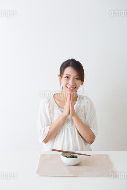 ほうれん草を食べる妊婦さんの写真素材 [FYI04264870]