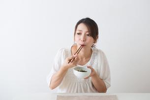 ほうれん草を食べる妊婦さんの写真素材 [FYI04264875]