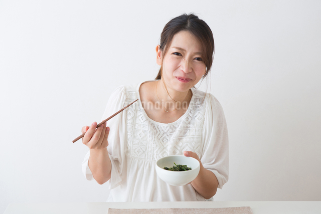 ほうれん草を食べる妊婦さんの写真素材 [FYI04264881]