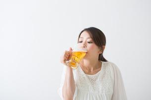 ビールを飲む妊婦さんの写真素材 [FYI04264885]
