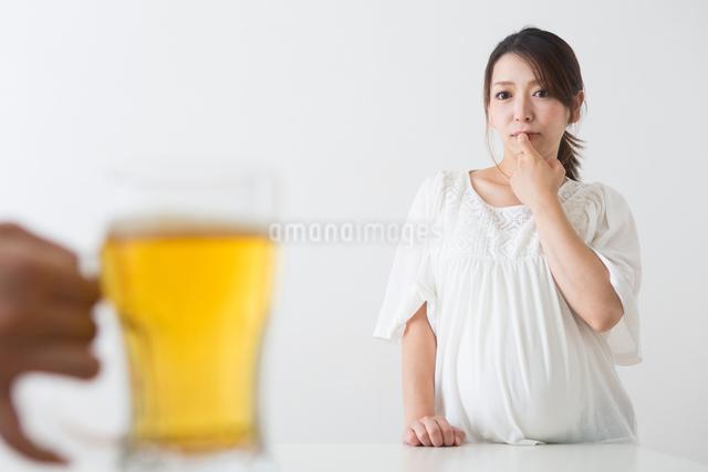ビールを見る妊婦さんの写真素材 [FYI04264896]