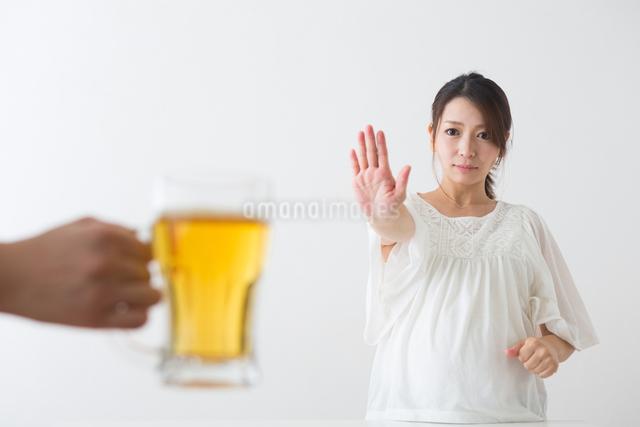 ビールを見る妊婦さんの写真素材 [FYI04264898]