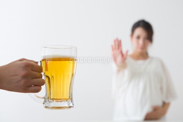 ビールを見る妊婦さんの写真素材 [FYI04264899]