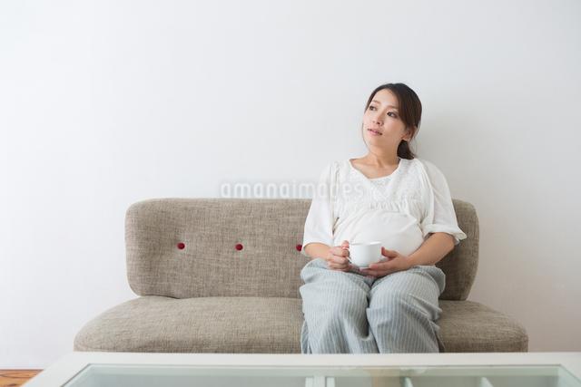 くつろぐ妊婦さんの写真素材 [FYI04264907]