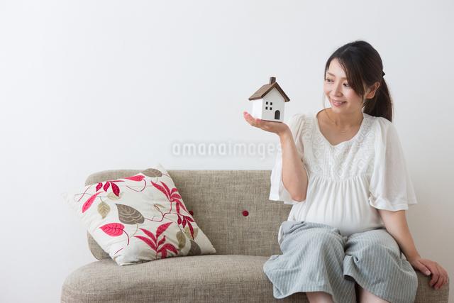 家のおもちゃを見る妊婦さんの写真素材 [FYI04264911]