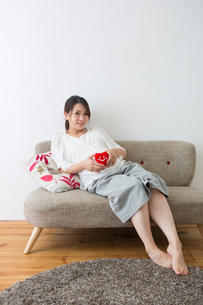 ハートのぬいぐるみを持つ妊婦さんの写真素材 [FYI04264915]