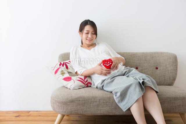 ハートのぬいぐるみを持つ妊婦さんの写真素材 [FYI04264916]