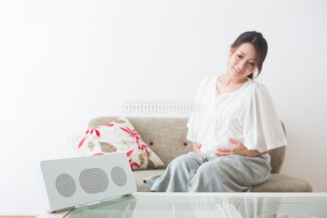 音楽を聴く妊婦さんの写真素材 [FYI04264918]