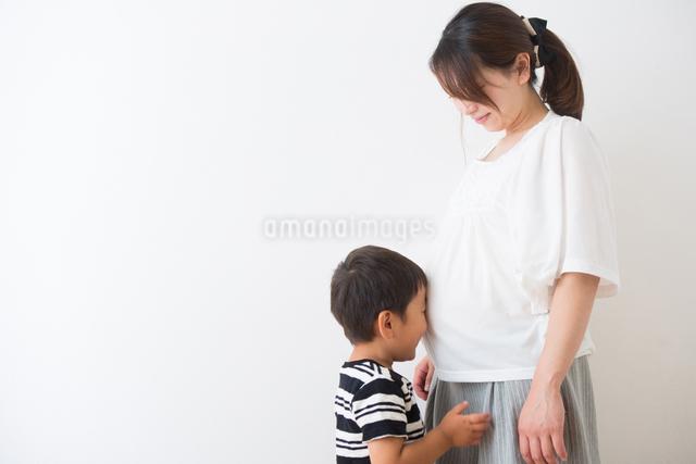 男の子と妊婦さんの写真素材 [FYI04264926]