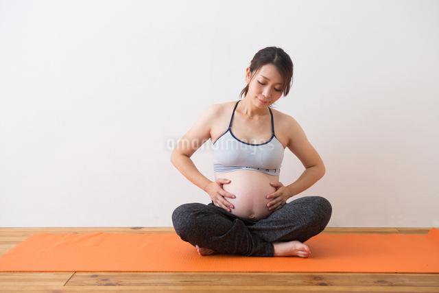 ヨガをする妊婦さんの写真素材 [FYI04264942]