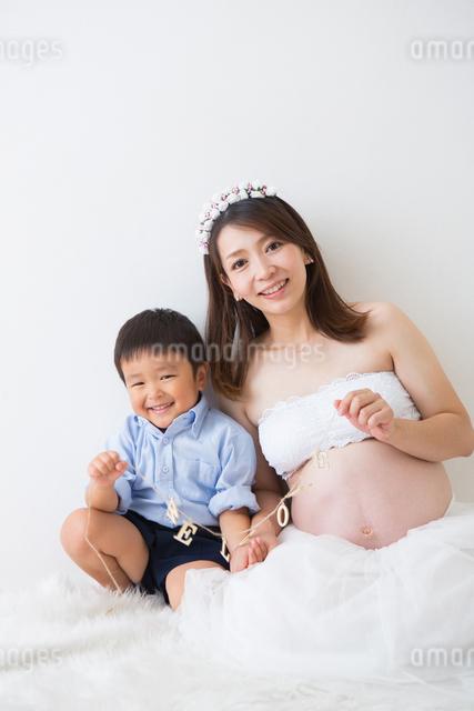 ガーランドを持つ男の子と妊婦さんの写真素材 [FYI04265002]