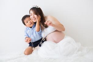 ガーランドを持つ男の子と妊婦さんの写真素材 [FYI04265003]