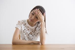 頭痛をおこす女性の写真素材 [FYI04265120]