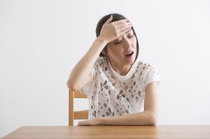 頭痛をおこす女性の写真素材 [FYI04265121]