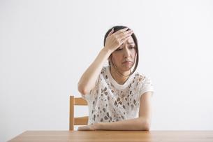 頭痛をおこす女性の写真素材 [FYI04265122]