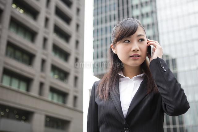 オフィス街で電話する女性の写真素材 [FYI04265259]