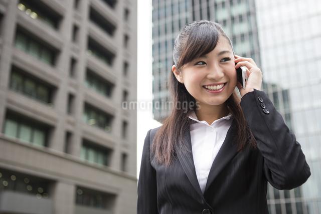 オフィス街で電話する女性の写真素材 [FYI04265260]