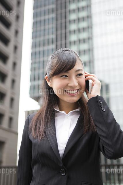 オフィス街で電話する女性の写真素材 [FYI04265261]
