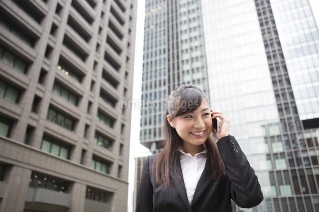 オフィス街で電話する女性の写真素材 [FYI04265266]