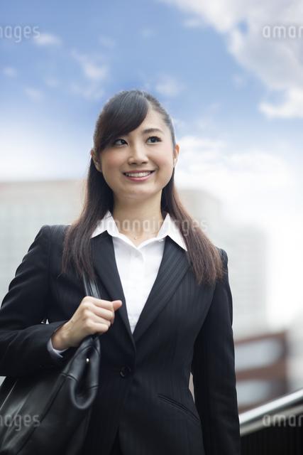オフィス街を歩く女性の写真素材 [FYI04265306]
