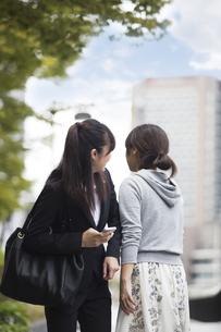 歩きスマホする女性の写真素材 [FYI04265319]