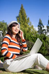 公園でノートパソコンを使う女性の写真素材 [FYI04265372]