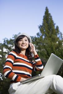 公園でノートパソコンを使う女性の写真素材 [FYI04265373]